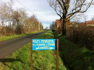 Pour être sûr que vous trouviez bien Les Myosotis, 2 pancartes comme celle-ci peintes par nos soins ont été installées, l'une sur la route de Saint-Benoît, et comme la maison n'est pas sur le bord de la route, une autre pancarte est sur la route de Bord. Toutes deux visibles des deux côtés.